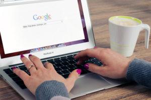 Recherche sur Google sur un ordinateur portable